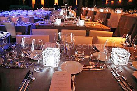 Objet lumineux : cube lumineux en décor de dessus de table lors d'une soirée