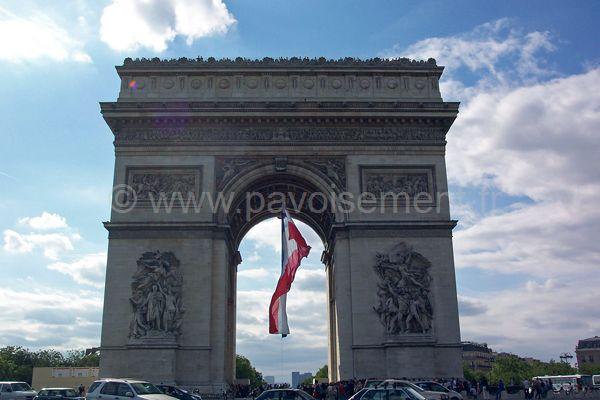 drapeau france : drapeau sous l'Arc de Triomphe