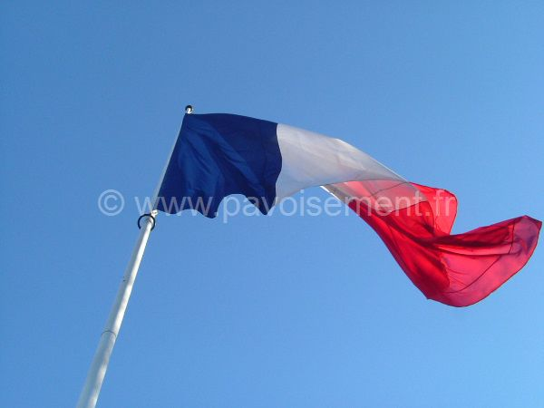 drapeau français - pavillons français sur un mât