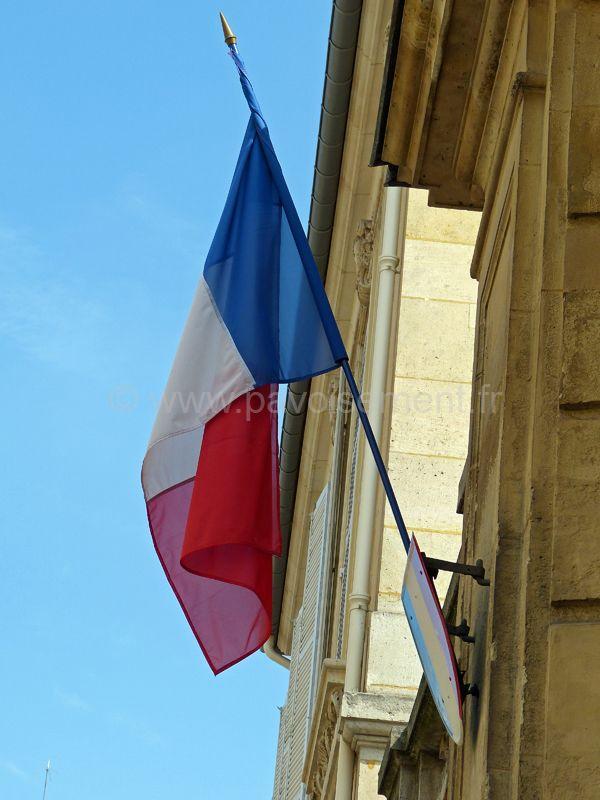 drapeau france - drapeau de façade sur hampe fixé sur écusson