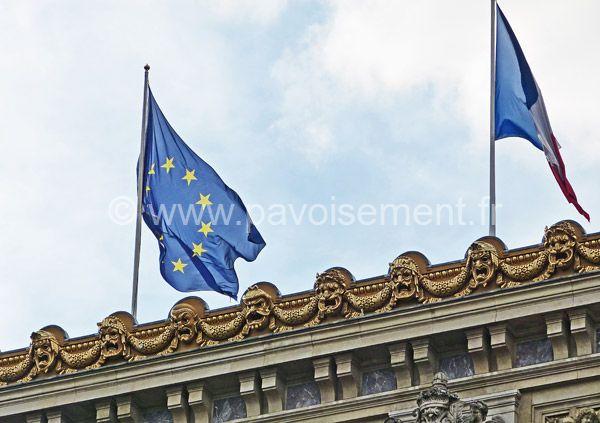 les drapeaux européens - pavillon de l'Europe et pavillon français sur un monument