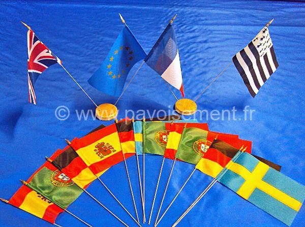 Drapeaux de table : pavillons du monde et drapeaux sur socle en bois