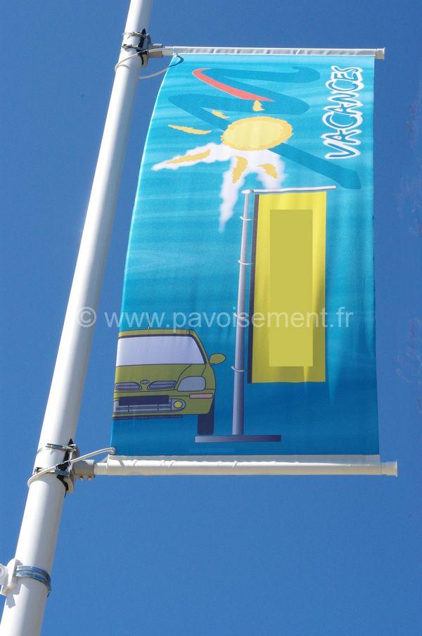 drapeau france - bannière entre deux potences de candélabre montées sur mât