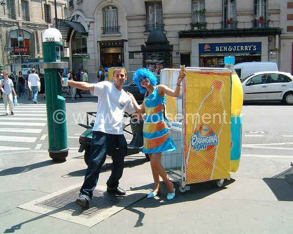 vêtements publicitaires - robe avec logo et perruque colorée - street marketing