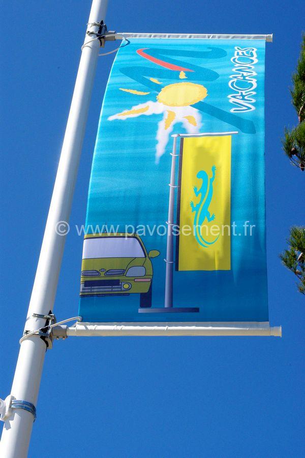 drapeau publicitaire - bannière entre deux potences fixées à un mât