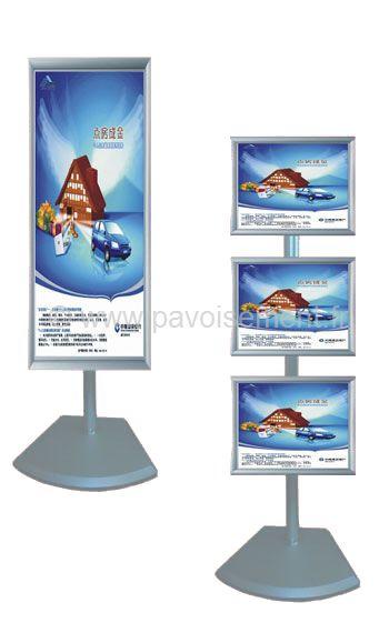 Totem cadres : un panneau ou trois panneaux clipsables bordure aluminium sur pied et socle