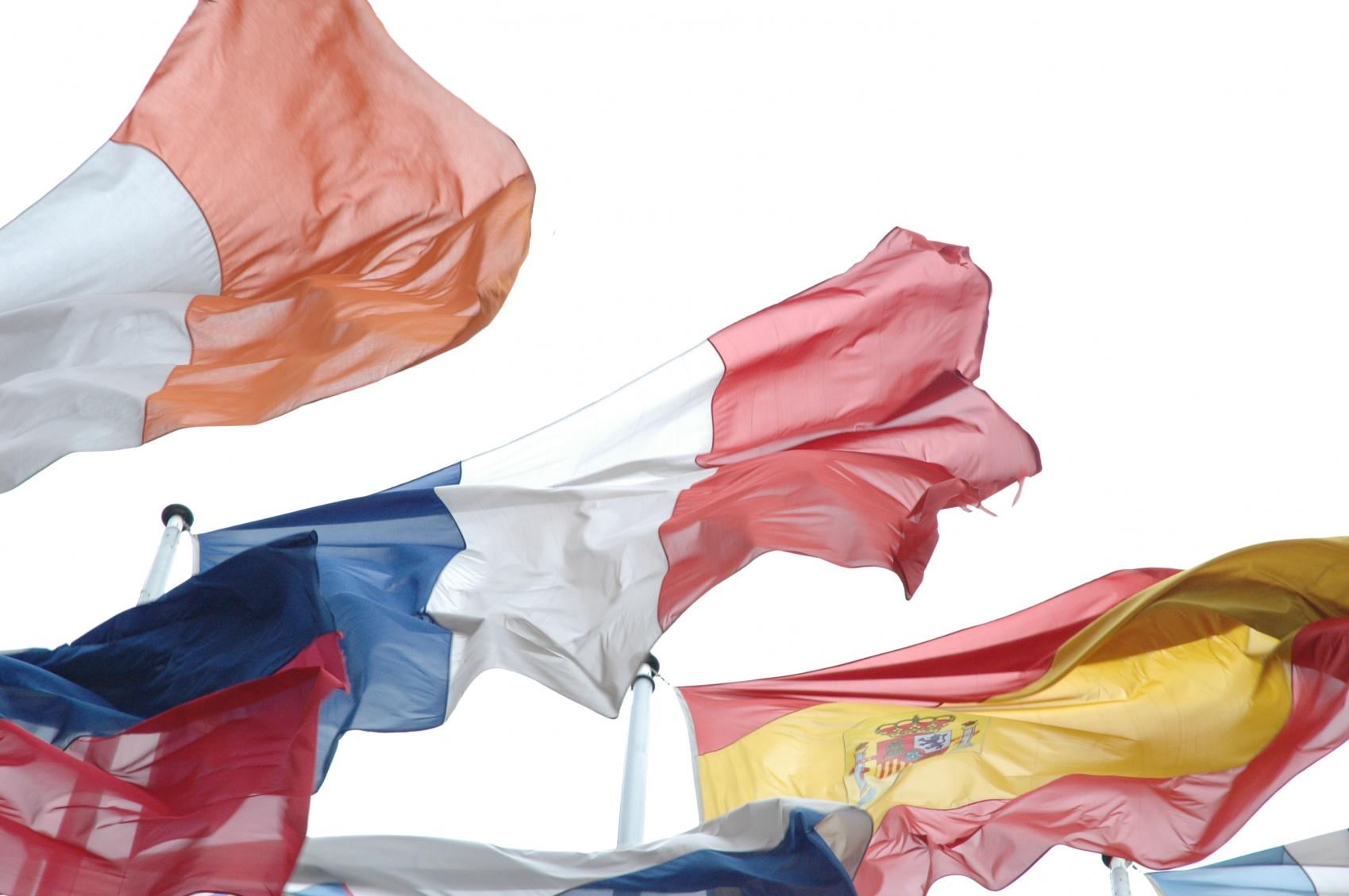 drapeau - drapeau français au centre d'autres drapeaux européens